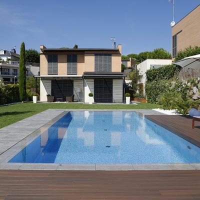 Desbordante sin rejilla con tarimas sintéticas y gres en el golf de Sant Vicenç de Montalt