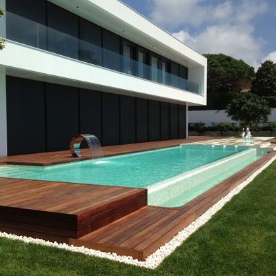 24 metros de piscina desbordante con fuentes
