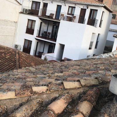Limpieza de tejados y colocación de canales en el Albayzin,,