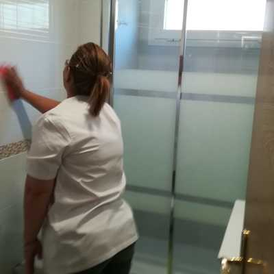 Limpieza de mampara y azulejos