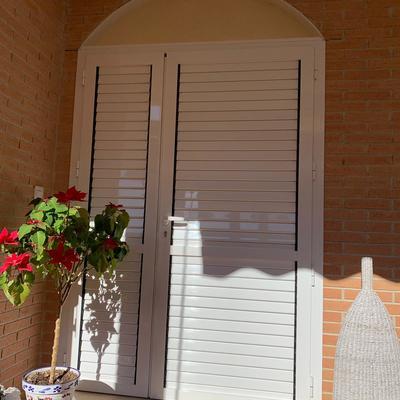 Puerta mallorquina de doble hoja ,lacado en blanco.