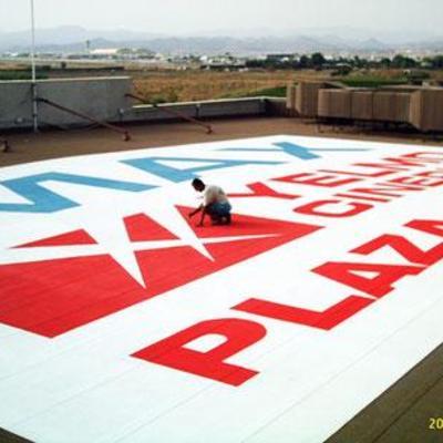 Dibujo artístico en suelo de terraza.