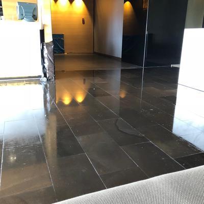 pulido e hidrofuado de pavimento en piedra de basalto