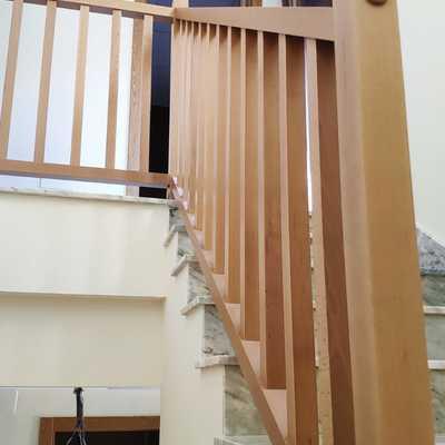 Escalera con marmol y barandilla de madera.