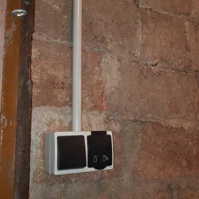 Instalación de interruptor + toma de corriente