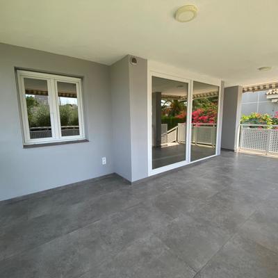 Entrada con puerta y ventana de PVC Kömmerling Color Blanco