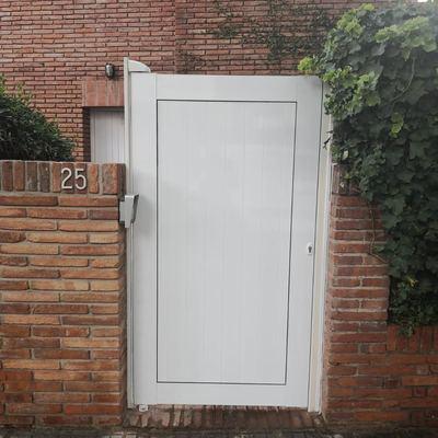 Puerta de una hoja en color l/blanco