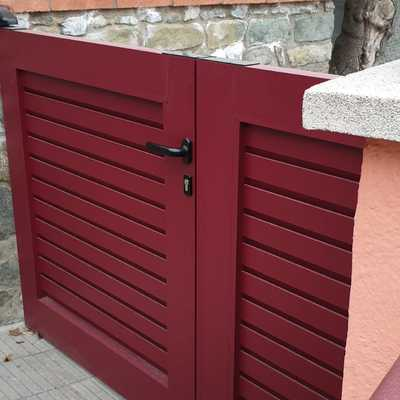 Puerta practicable cancela en RAL GRANATE