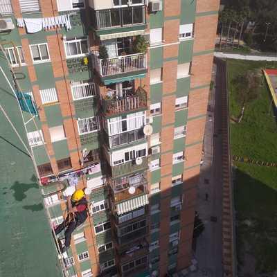 Pintura vertical en fachada de edificio