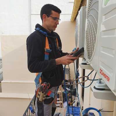 Comprobación y recarga de gas refrigereante y reparación de placas electrónicas
