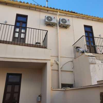Instalación de unidades exteriores en fachada de vivienda