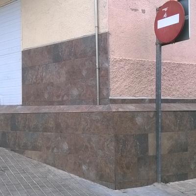 Alicatado muro exterior y bajos fachada