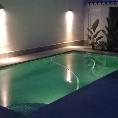 piscina con iluminación de colores en Canet de Berenguer