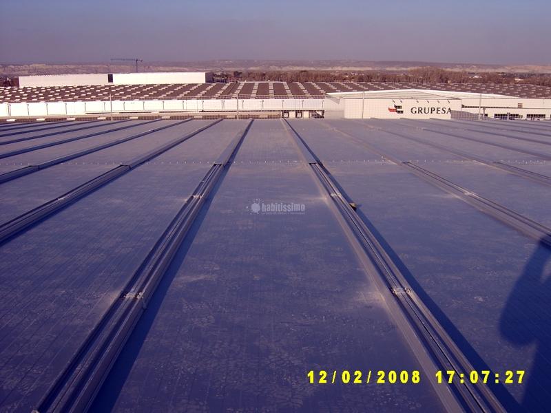 Foto cerramientos tejados cubiertas de montajes laracha for Piscina laracha