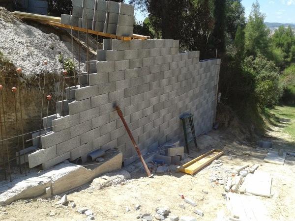 Foto muros de contenci n de hormig n armado vallas de bloque splits u obra vista de obras y - Bloques para muros ...