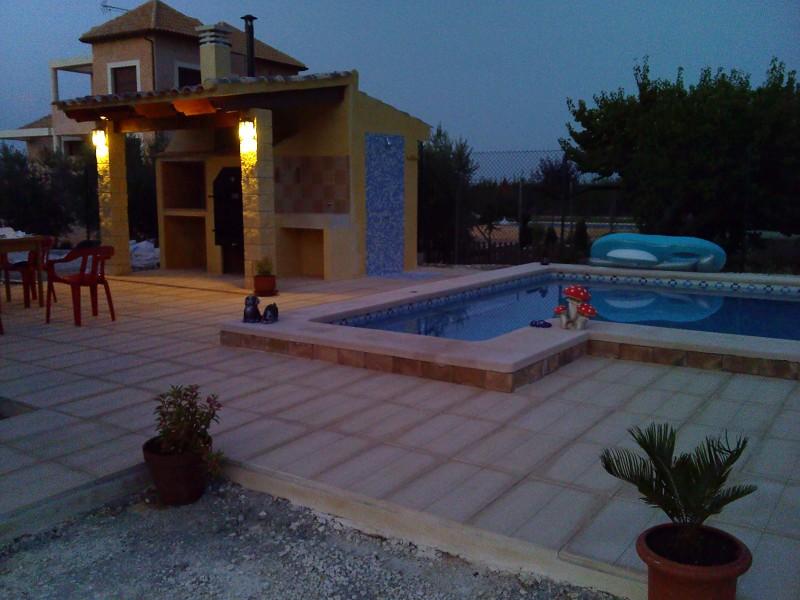 Foto 8x4 con jacuzzi y barbacoa de piscinas decoline for Precio piscina obra 8x4