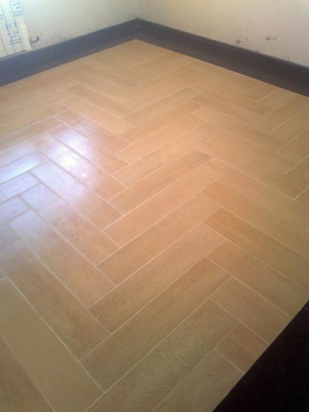 Foto alfombra de gres imitaci n madera de construcciones - Baldosa imitacion madera ...