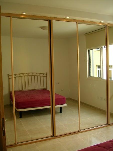 Foto armario con puerta de corredera y espejo de reformas for Armario con espejo