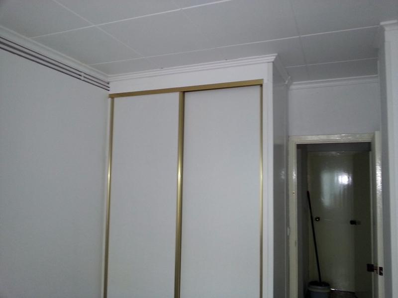 Foto armario de pladur terminado con sus puertas correderas de servi mundo 377555 habitissimo - Hacer armarios empotrados ...