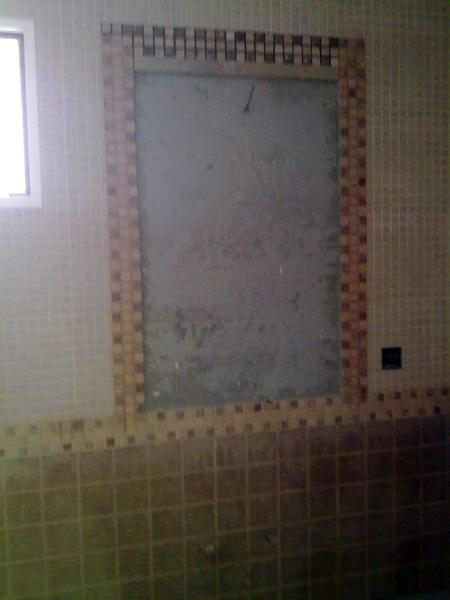 Foto ba o a falta de colocar espejo en la pared de for Colocar azulejos bano