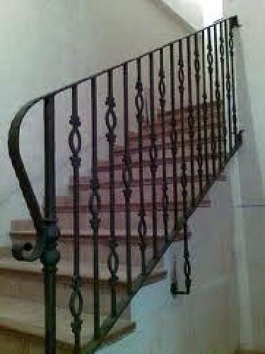 Foto barandas de escaleras forja de carpinter a met lica for Barandas de madera para escaleras interiores