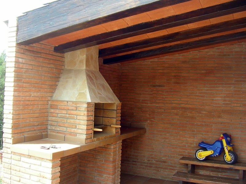 Foto barbacoa rustica de obra de reformes i construccions crem s l 270129 habitissimo - Barbacoas rusticas ladrillo ...