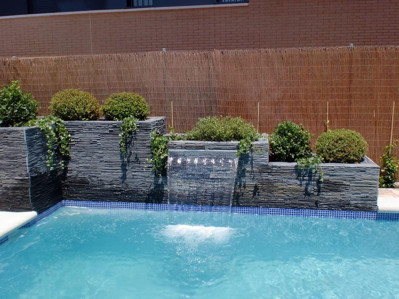 Foto cascada laminar en jardinera de piscinas y for Accesorios para piscinas cascadas