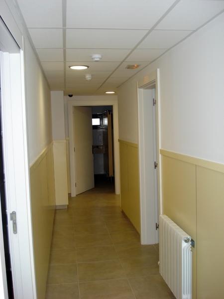 Foto chapado con melamina en paredes interiores de instal for Laminas para paredes interiores