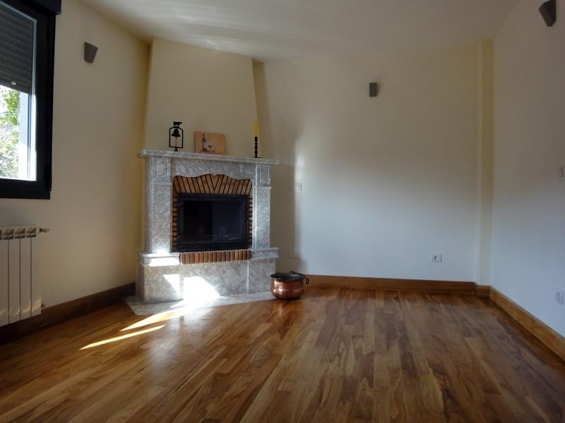 Foto chimenea en salon de finsa obras y servicios s l for Salones minimalistas con chimenea