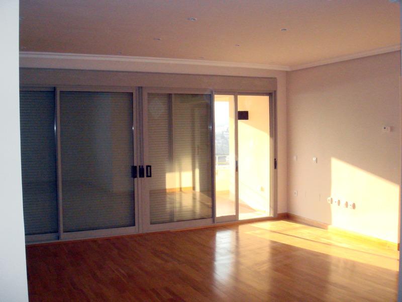 Foto cierre de puertas correderas y suelo de parquet de for Puertas y parquet