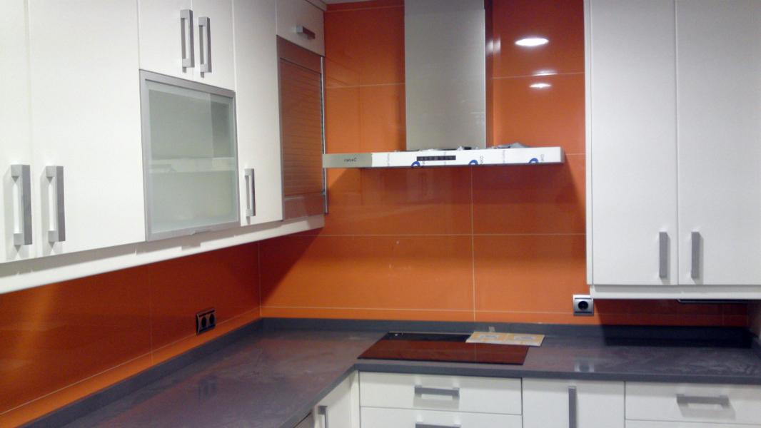 Foto cocina alicatada con azulejo naranja de reformas - Cocina blanca y naranja ...