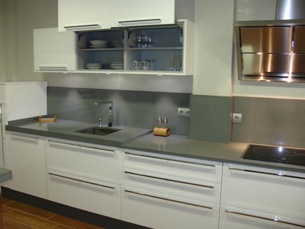 Foto cocina blanca y gris de cocinastellos l 505843 for Cocinas modernas blancas precios
