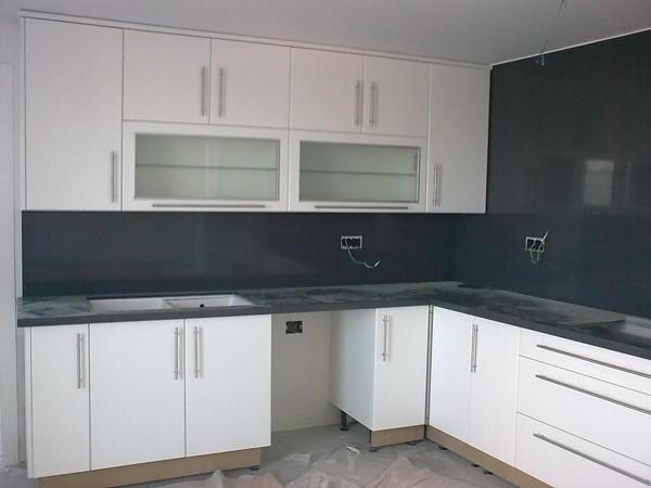 Foto cocina en postformado blanco frente en granito negro for Cocina color marmol beige