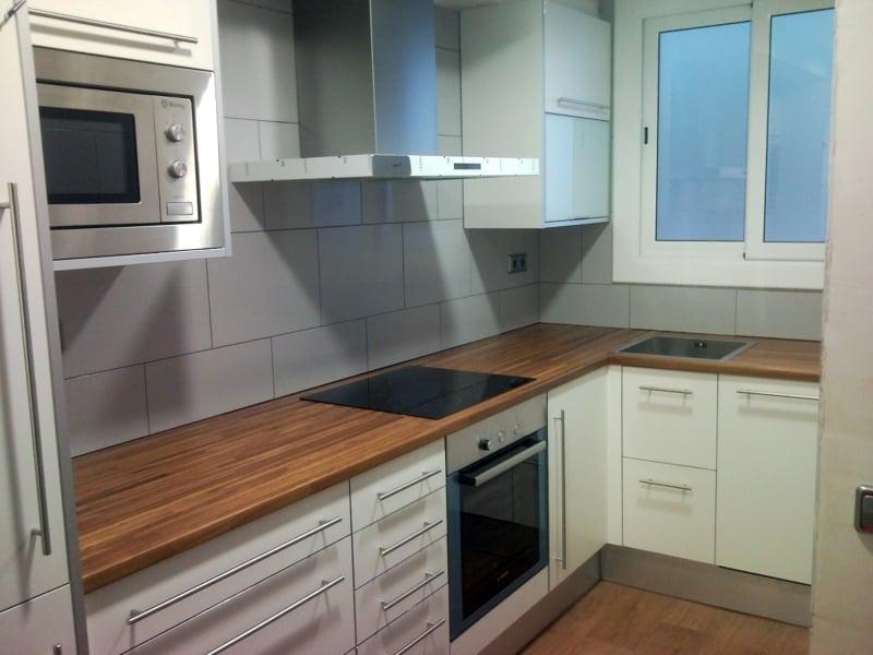 Foto cocina formica sobre madera barniz de jcampos for Encimeras de madera para cocinas