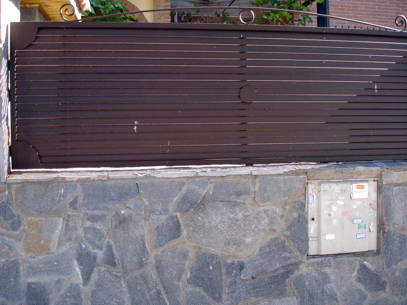 Foto conjunto de puerta y vallas de acceso chalet de - Vallas para chalets ...