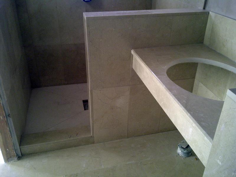 Foto cuarto ba o de marmol crema marfil de goditec for Fotos de cuartos de bano de marmol