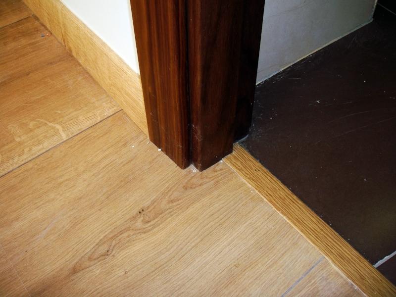 Foto detalle de tarima marco de puerta y solado cer mico - Tarimas y puertas ...