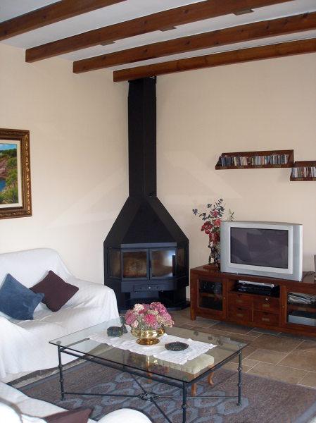 Foto detalle salon con chimenea de construnova - Chimeneas para salon ...
