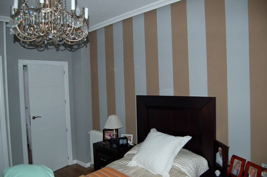 Foto dormitorio pintado a rayas de gamella y costet for Cuartos para ninas pintados