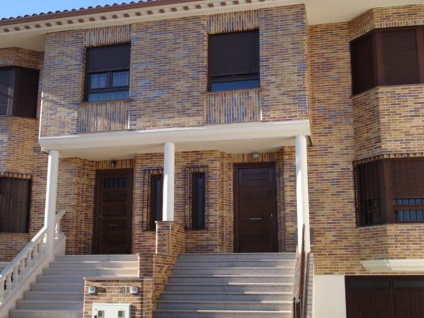 Foto fachada ladrillo visto bicolor de construcciones y - Ladrillo visto rustico ...