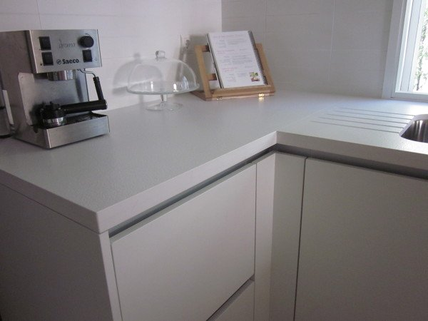 Foto encimera de cocina en silestone blanco zeus de marmoleria sa pedra 643665 habitissimo - Encimera de cocina precios ...