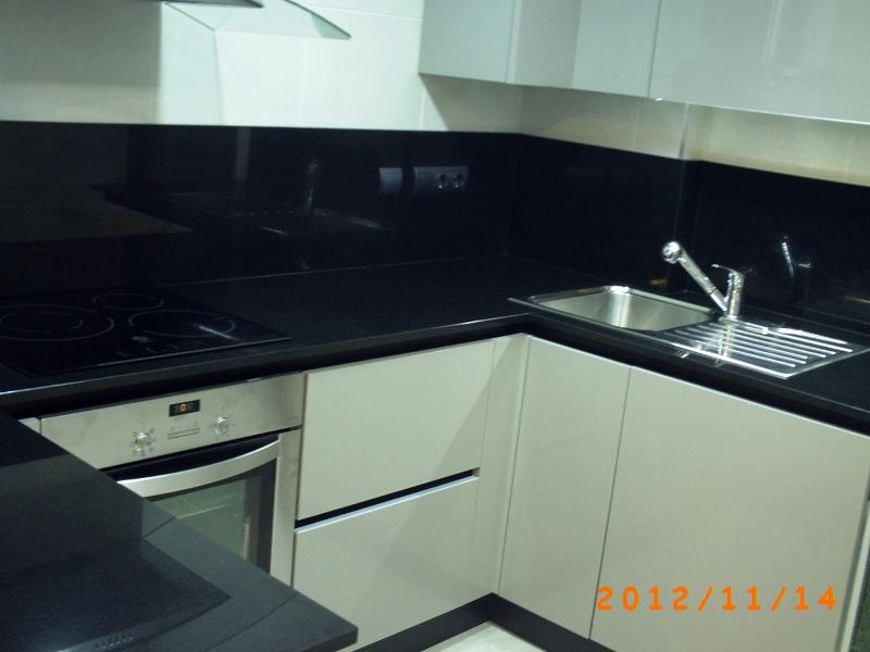 Foto encimera y aplacado pared en granito negro intenso 2 for Encimera de granito negro