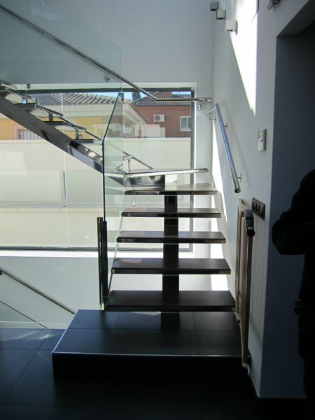 Foto escalera al aire de acero inoxidable y pelda o for Escalera de madera al aire libre precio