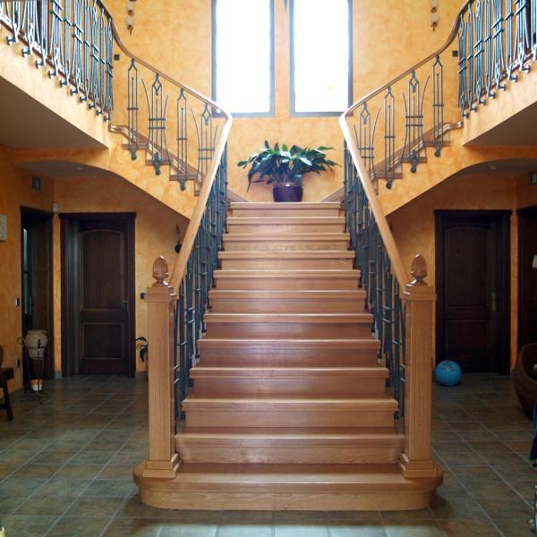 Foto escalera con pela o y pasamanos de madera de for Modelos de gradas de madera
