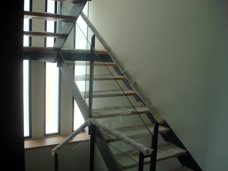 Foto escalera con zanca de hierro y pelda os en madera de - Peldanos escalera madera ...