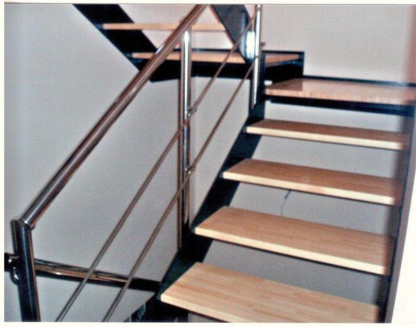 Foto escalera de hierro y madera con barandilla inox de for Escalera recta de hierro y madera