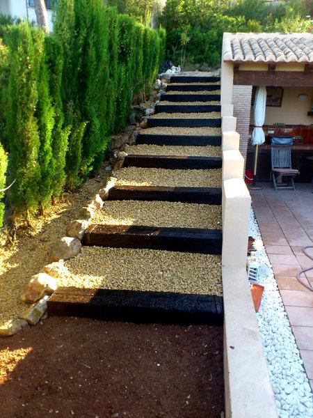 foto escalera de traviesas de haya y grava de jardines