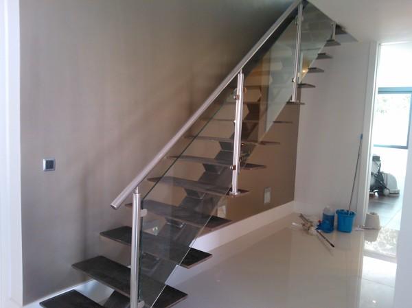 Foto escalera met lica con eje de tubo estructural y - Barandillas cristal para escaleras ...