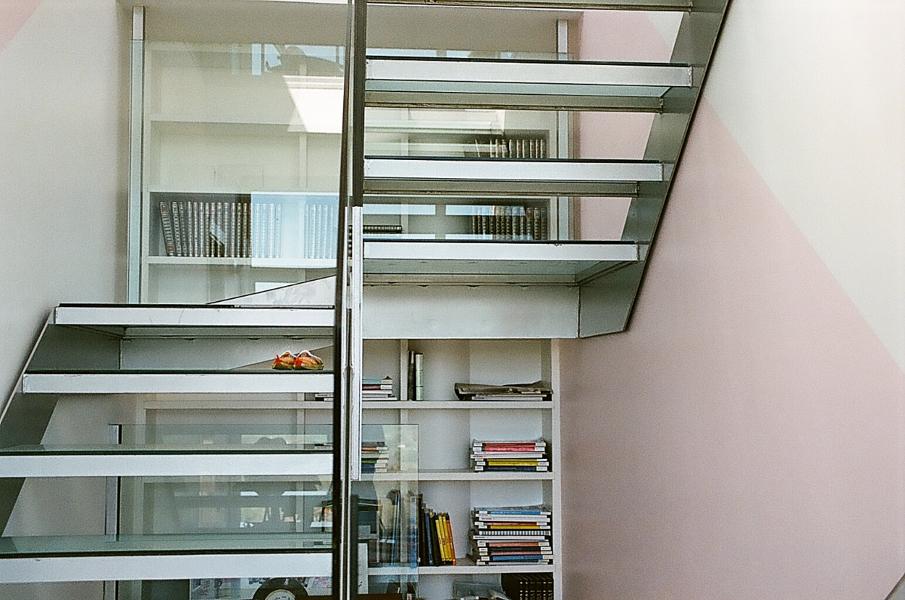Foto escalera suspendida en vidrio y librer a en hueco de for Escaleras suspendidas