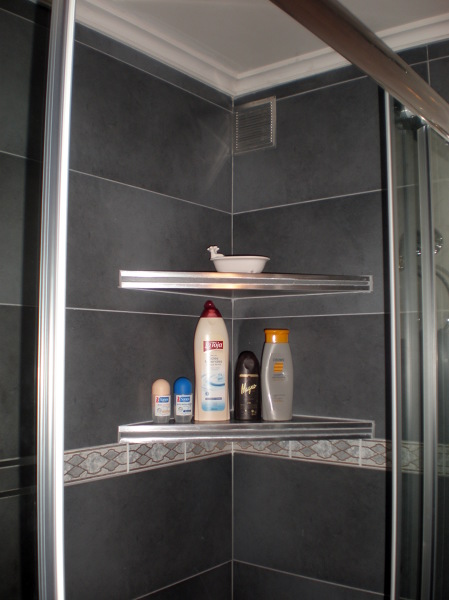 Foto estanterias de obra en cabina de ducha de corema - Estante para ducha ...